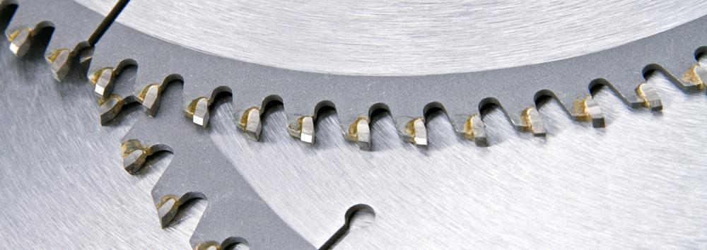 Produktion von Sägeblättern - Frisch erstelltes und geschliffenes Sägeblatt